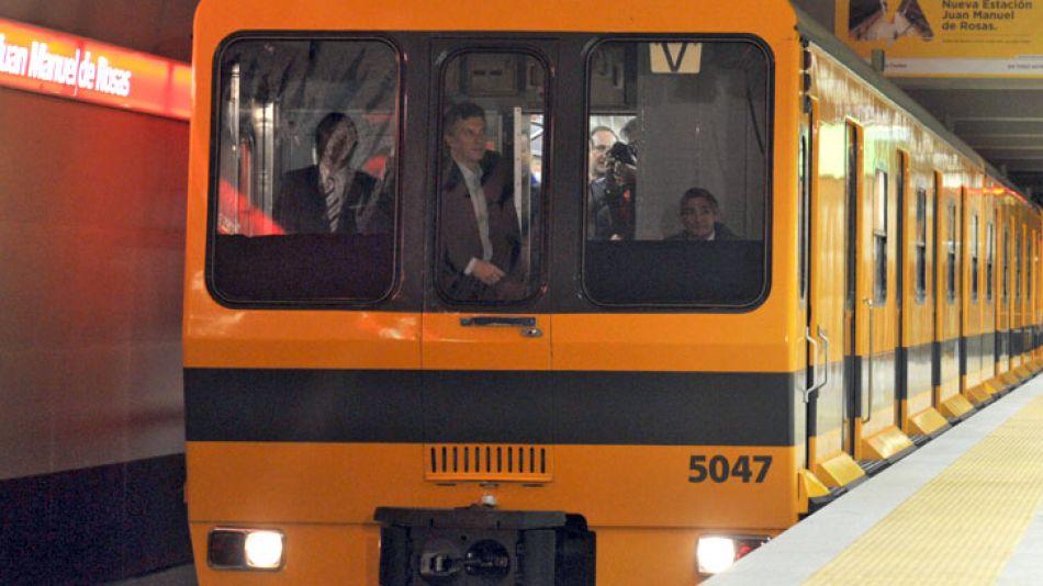 El jefe de gobierno porteño, Mauricio Macri, a bordo de la primera tanda de formaciones del Metro de Madrid, en julio de 2013.
