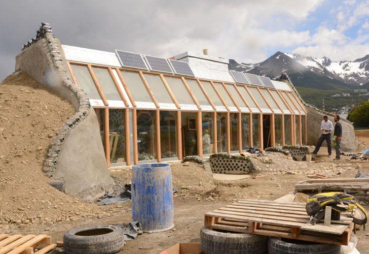 Construyen una casa y un shopping reciclando materiales abandonados