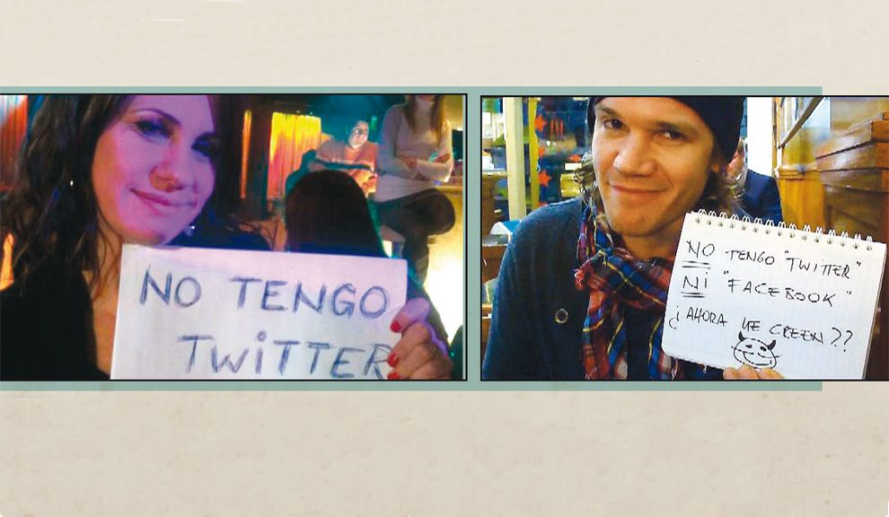 Nancy Dupláa y Juan Gil Navarro publicaron fotos con carteles que dicen que no están en las redes sociales. ¿El motivo? La proliferación de  perfiles falsos.