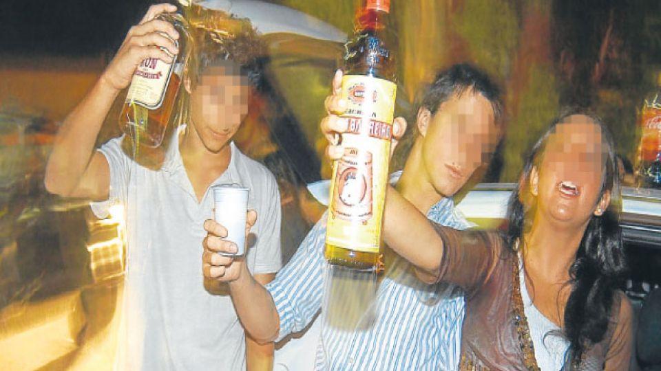 Mezcla. Según el estudio de DAAT un adolescente toma cerca de cuatro vasos de cerveza, uno de Fernet, dos de vodka, uno de energizante y champagne antes de salir.