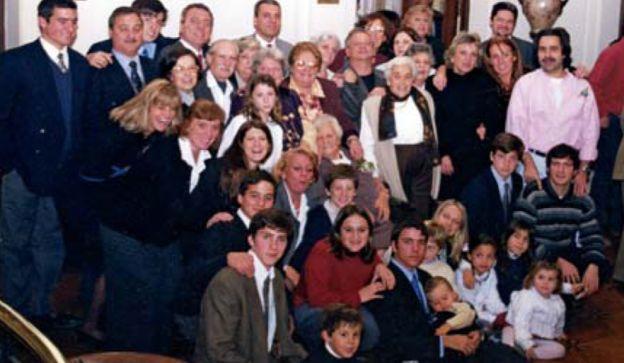 ÁLBUM. La jueza de más joven (izq.). La familia a pleno, que aportó las imágenes para esta columna. Ella murió el sábado 10.