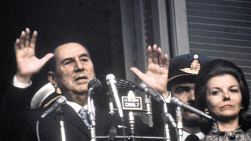 Cronología. En 1973, el General elige a María Estela Martínez como su vice. Muere el 1º de julio de 1974. E Isabel gobierna con López Rega.