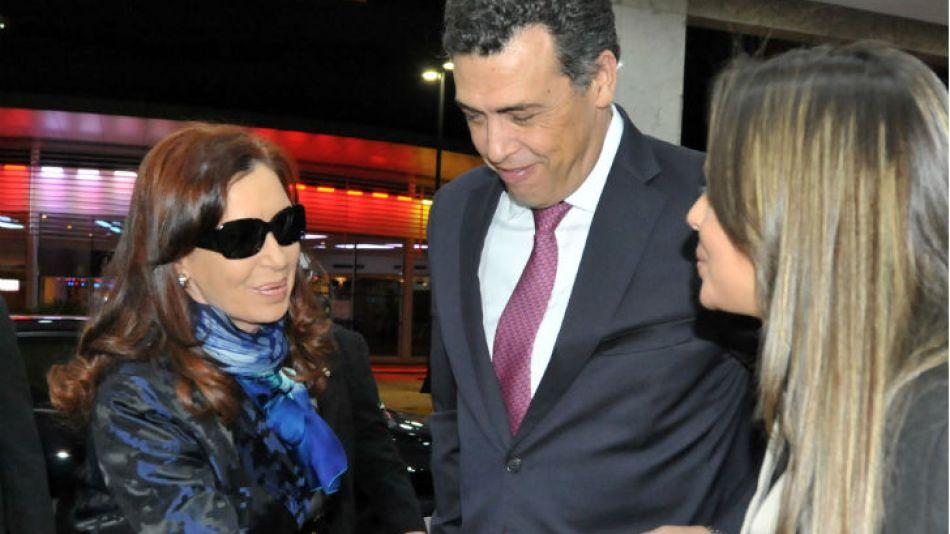 La presidenta Cristina Fernández de Kirchner arribó ayer a la noche a Brasilia para participar del primer encuentro de trabajo entre los jefes de Estado de la Unasur y del Brics.