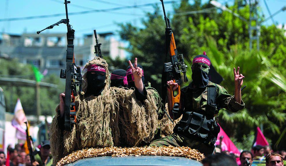 AL ATAQUE. Comandos palestinos en Gaza celebran el fin del cese del fuego. Vuelven a la acción.