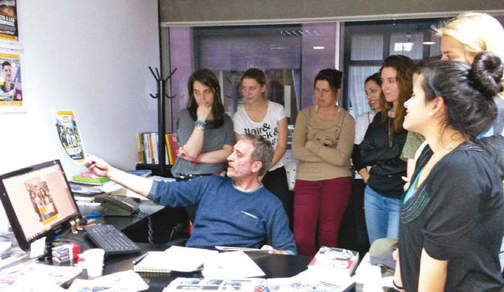 PLENO CIERRE. El jefe de redacción, Edi Zunino, analiza la tapa junto a los estudiantes.