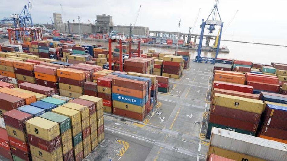 Contenedores frenados. La falta de dólares y el paro aduanero paralizaron el comercio.