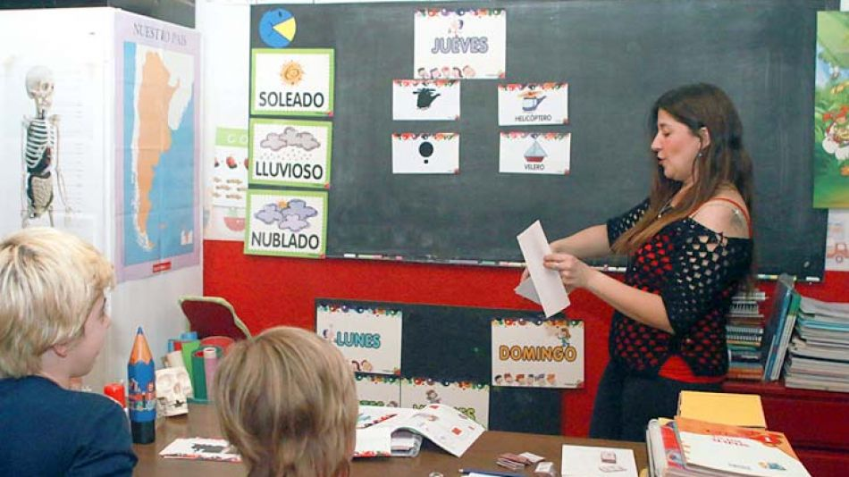 A clase en casa. Bustamante transformó un espacio de su hogar en un aula, con pizarrones, libros y cuadernos. Allí enseña a sus hijos Gerónimo (12) y Joaquín (6).