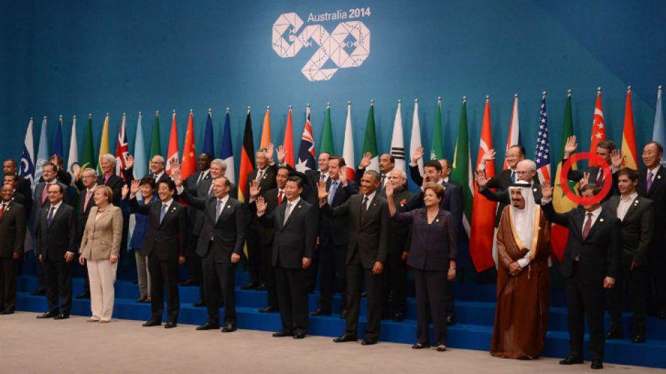 """El ministro de Economía, Axel Kicillof, saludó con la """"V"""" de la victoria en sus manos."""