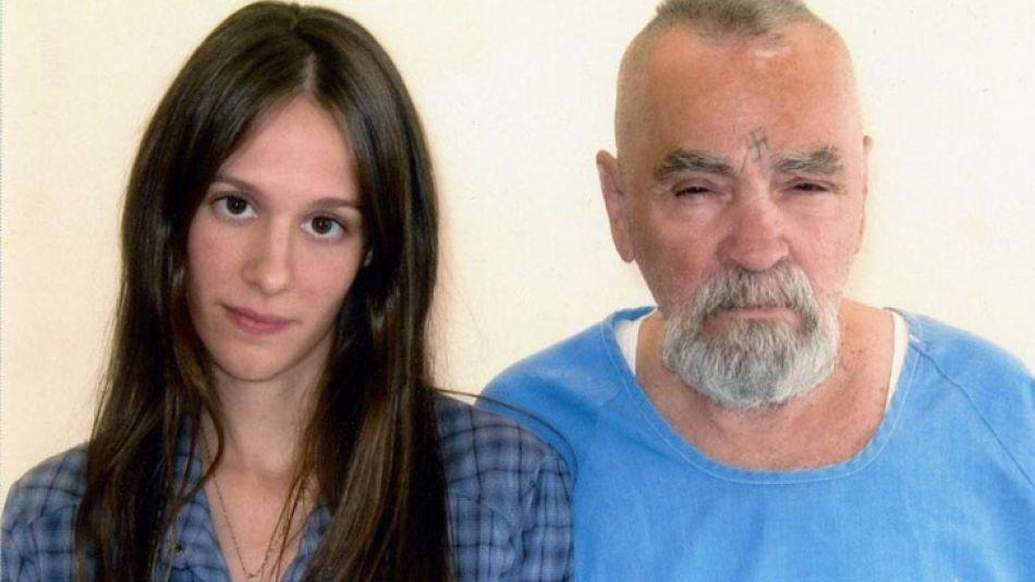 Manson y su novia, 54 años menor.