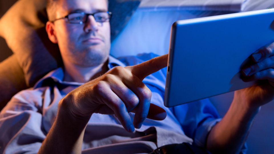 Riesgo. Navegar en la tablet antes de ir a la cama multiplica los trastornos del sueño. Aconsejan leer un libro impreso y no electrónico.