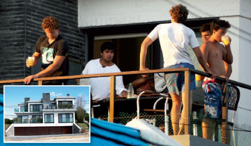 AL SOL. Echegaray hijo y sus amigos en el balcón del dúplex de Punta.