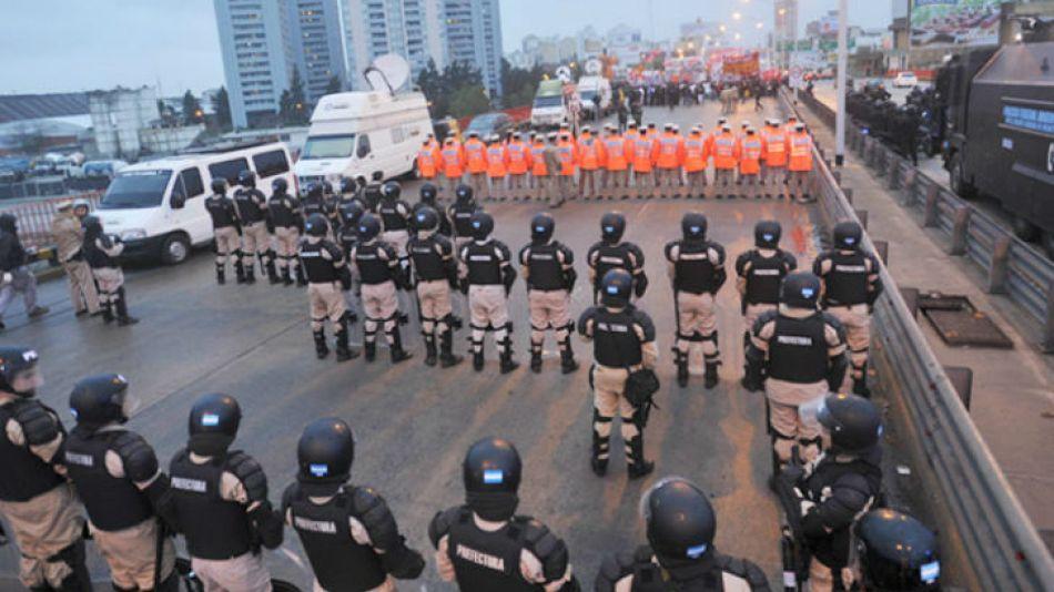 Manifestantes cortan el puente Pueyrredón en ambos sentidos.