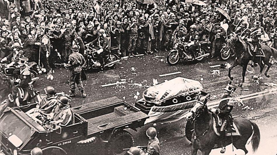 Funeral. En medio de la congoja popular empezó a recrudecerse la lucha por el poder político.