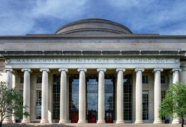 El mítico frente griego del MIT.