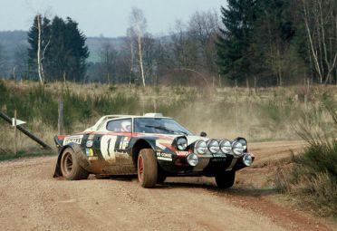 El famoso bólido de rally Lancia Stratos-Ferrari equipado con múltiples unidades de faros Carello.