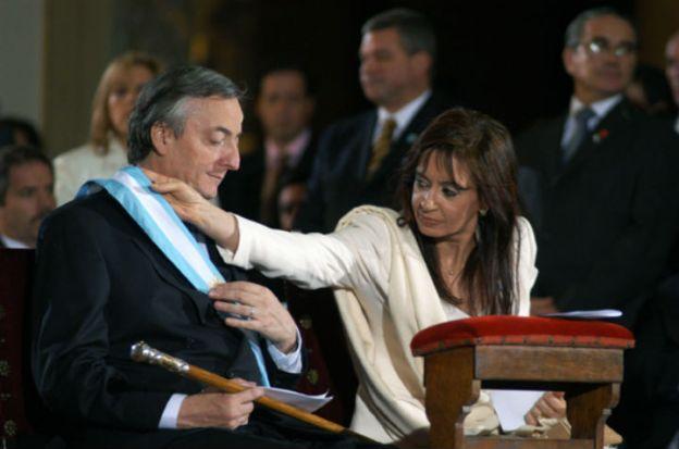 La senadora Cristina Fernández acomoda la banda presidencial de su marido en la Catedral, el 25 de mayo de 2003. (Foto de Jorge Aloy)