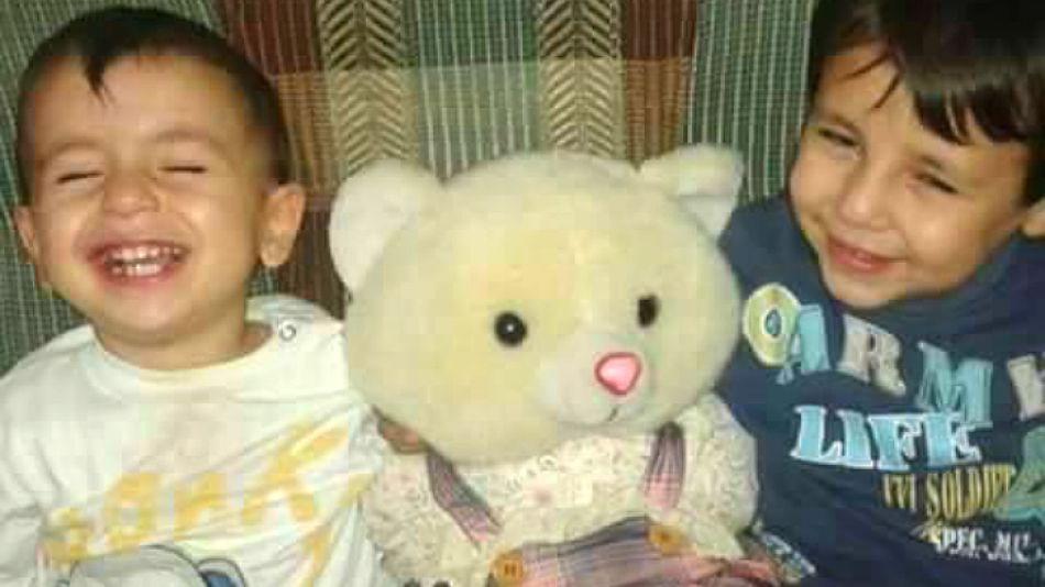 Aylin Kurdi, junto a su hermano Galip.