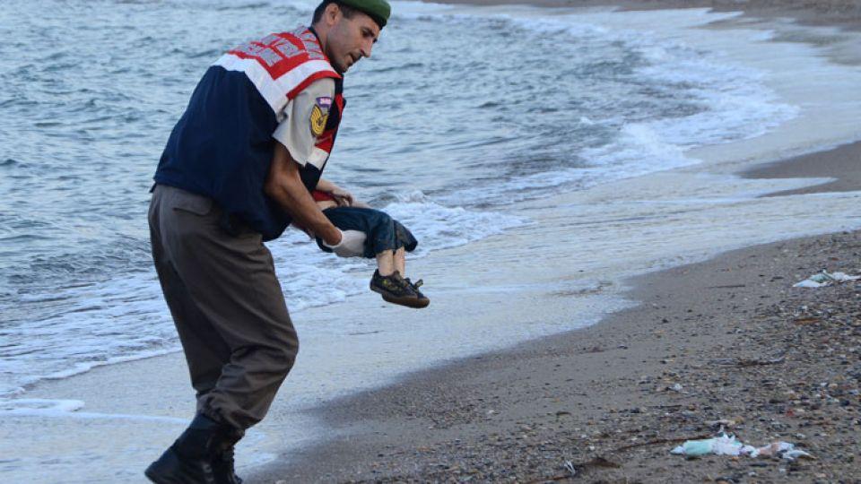 Imágenes de alto impacto | Un gendarme turco recupera el cuerpo de un niño sirio ahogado al intentar alcanzar la costa griega de Kos.