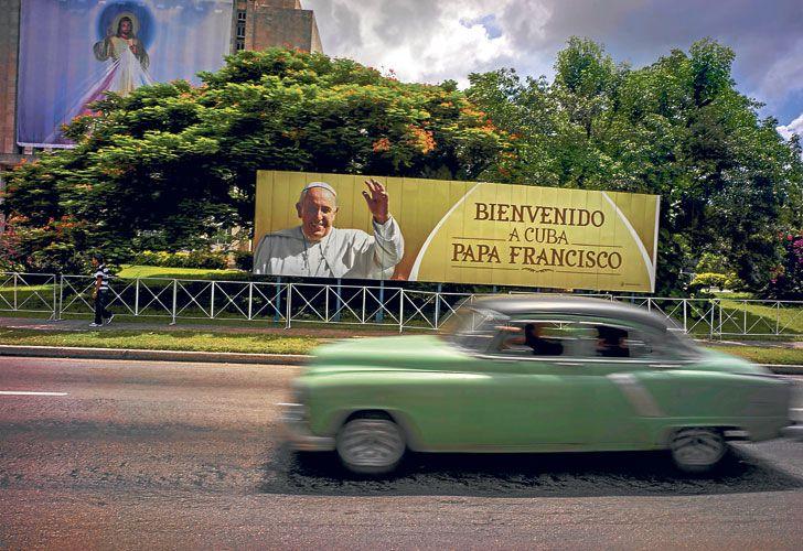 Espera. Un automóvil pasa frente a un cartel que saluda la llegada del Papa, en las calles de La Habana. El relieve del Che Guevara será el testigo principal de su homilía en una Plaza de la Revolució