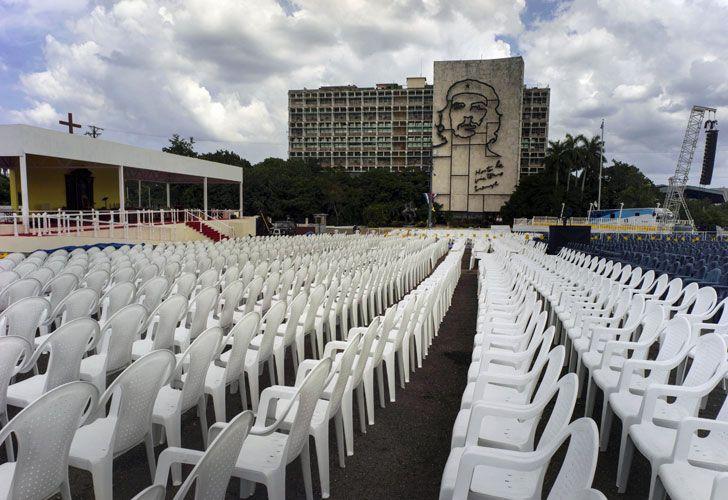 Francisco oficiará mañana a las nueve una misa de masas en la histórica Plaza de la Revolución, presidida por la icónica imagen del Che Guevara y en la que se ha montado una cruz gigantesca.