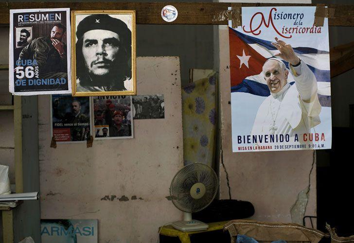 Las fotos de su cara se asoman desde la mayoría de las puertas de La Habana vieja.