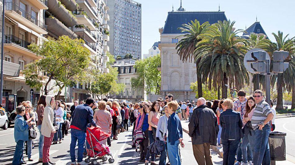 Embajada. Las colas para visitarla se extienden sobre Cerrito.