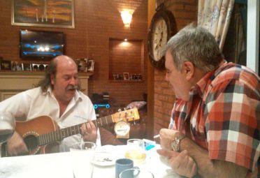 Amigos. Litto Nebbia y Pierri, guitarreando.