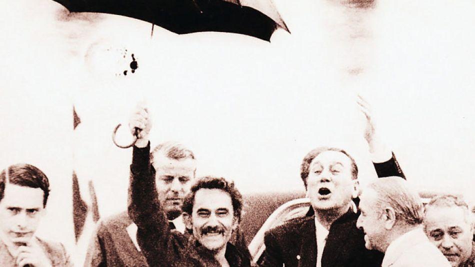 La foto del paraguas: José Ignacio Rucci recibió a Juan Domingo Perón, que volvía.