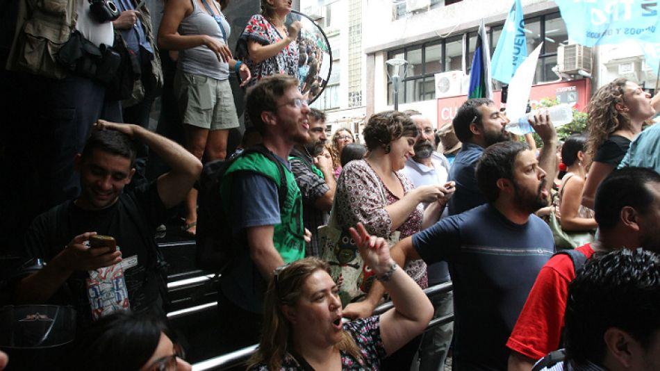Trabajadores actuales del AFSCA gritan a la prensa durante la entrevista a Sabbatella.
