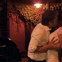 La Leona beso