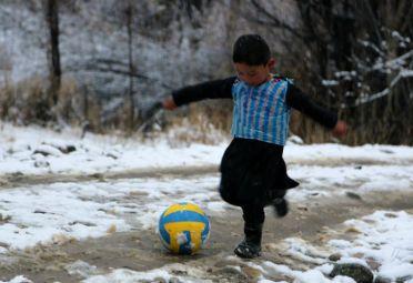 El niño que idolatra a Messi con una particular camiseta será recibido por La Pulga.