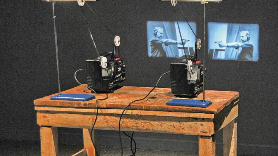 Super 8. Dos proyectores que se encienden al unísono cuando los espectadores se acercan.