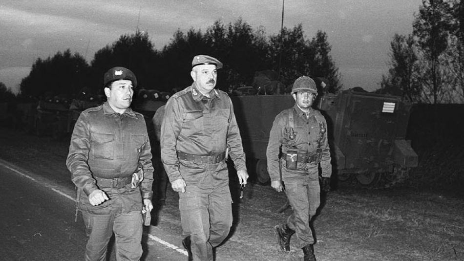 17 de abril de 1987, El Gral. Ernesto Alais rumbo a ordenar la partida de tanques hacia Campo de Mayo. Nunca llegarían.