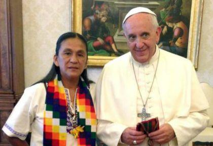 El Papa Francisco, junto a la dirigente social detenida, Milagro Sala.