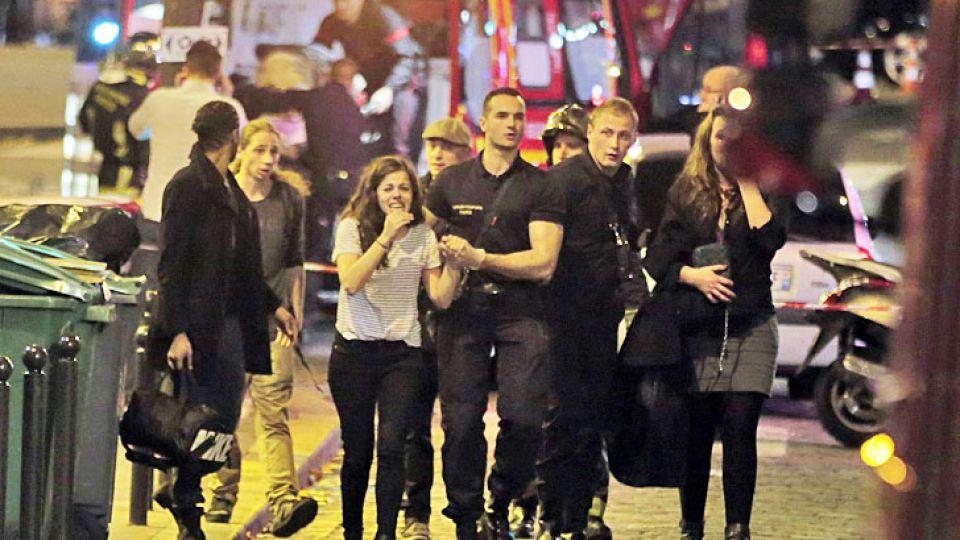 Masacre. Los servicios de emergencia franceses atienden a varias mujeres frente al restaurante Le Carillon, uno de los escenarios de los trágicos tiroteos.