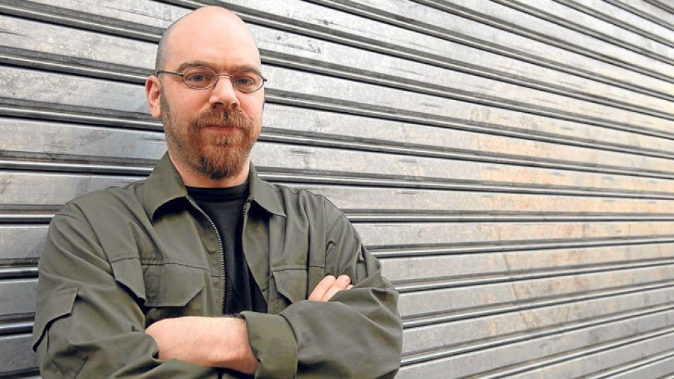 """Ariel Magnus. Su novela Un chino en bicicleta, que en 2007 obtuviera el premio """"La Otra Orilla"""", acaba de ser reeditada por Interzona."""