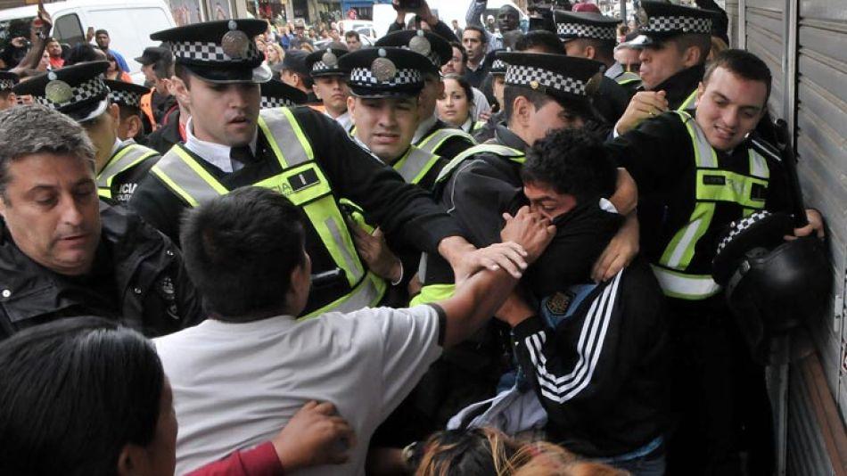 Manteros y efectivos de la Policía se enfrentaron en Flores.