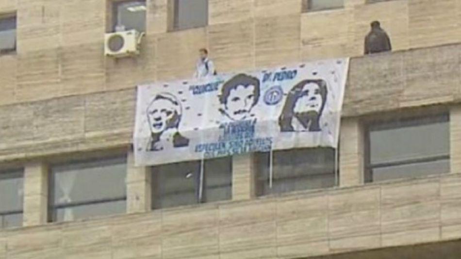 Detuvieron a dos empleados judiciales por colgar una bandera de Néstor y Cristina en Comodoro Py.