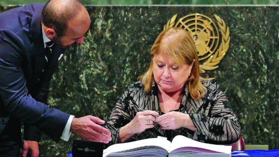 Firma. La canciller refrendó el acuerdo climático en la ONU.