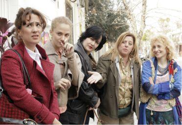 """En el jardín. Roxi junto a las """"mamis"""", parte de la serie que se verá en la TV pública."""