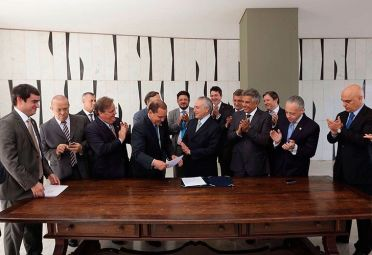 Asunción. Michel Temer junto a su gabinete, tomando la presidencia del país.