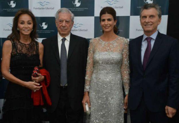 Isabel Preysler y esposo Mario Vargas Llosa, y Juliana Awada junto a su esposo, el presidente Mauricio Macri. (Foto: Fundación Libertad).