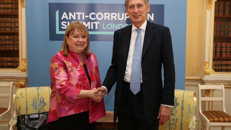 La canciller durante el encuentro con su par inglés.