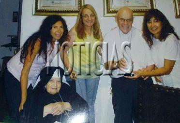 Alicia Kirchner posa en el monasterio K junto a Di Monte. Al lado de él, la esposa de José López.