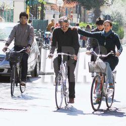 EXCLUSIF Andrea Bocelli fait du vélo. News Pictures