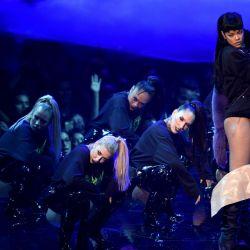 Rihanna-MTV VMAs 7