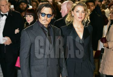 US actor Johnny Depp (L) poses with fiancee US actress and model Amber Heard (R) as they arrive for the UK premiere of the film 'Mortdecai' in London on January 19, 2015.  AFP PHOTO / LEON NEAL