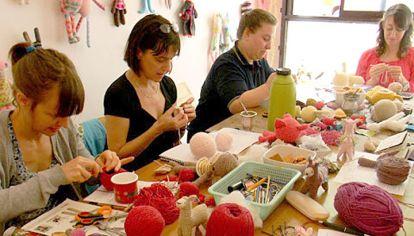 En acción. Yan Schenkel editó El mundo de Pica Pau con sus muñecos de crochet y da cursos.
