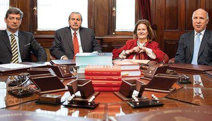 Corte. Elena Highton de Nolasco es la única mujer. El nuevo gobierno planteó dos hombres para los puestos que están libres luego de las renuncias de Carlos Fayt y Eugenio Zaffaroni, y la muerte de Carmen Argibay.