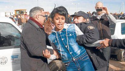 Criticas y apoyos. Macri fue recibido en el barrio marplatense Belisario Roldán con el repudio de un sector de vecinos y organizaciones. Antes del acto, la policía local reprimió una protesta.